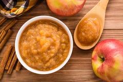 Jabłczany puree, jabłka i cynamon na drewnianym stole, zdjęcia royalty free