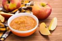 Jabłczany puree w pucharze i jabłkach zdjęcie stock