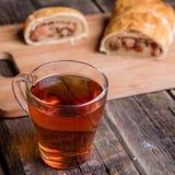 Jabłczany strudel na drewnianej desce słuzyć z herbatą obrazy royalty free