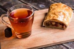 Jabłczany strudel na drewnianej desce słuzyć z herbatą zdjęcie royalty free