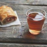 Jabłczany strudel na drewnianej desce słuzyć z herbatą obraz stock