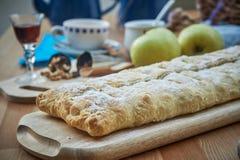 Jabłczany strudel z dokrętkami, rodzynkami, cynamonem i sproszkowanym cukierem, Domowej roboty jabłczany strudel z świeżymi jabłk fotografia royalty free