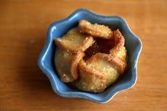 Jabłczany tarta w błękitnym naczyniu na dębowym stole zdjęcia stock