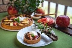 Jabłczany tarta z karmelem na bielu talerzu obrazy stock