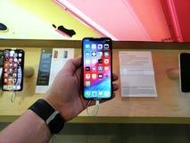 Jabłczany telefon XR w ręce zdjęcia royalty free