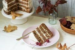 Jabłczany tort z śmietanką, dekorującą z małymi jabłkami przeciw tłu jesień skład Wieśniaka styl zdjęcie stock