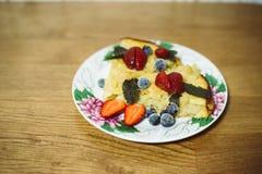Jabłczany tort z jagodami dekoruje fotografia stock