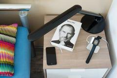 Jabłczany zegarek ładuje na wezgłowie stole Zdjęcie Stock
