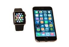 Jabłczany zegarek i iPhone zdjęcie stock