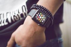 Jabłczany zegarek - smartwatch zdjęcie stock