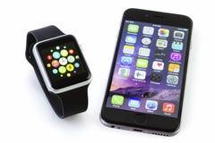 Jabłczany zegarka sport z iPhone 6s na bielu obrazy stock