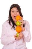 jabłek dziewczyny pomarańcze młode Obrazy Stock