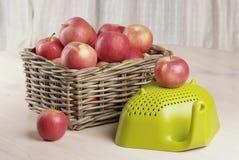 jabłek kosza czerwień zdjęcie stock
