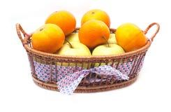 jabłek kosza odosobneni tangerines zdjęcie stock