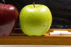 jabłka challkboard zakończenia szkoły. Obraz Royalty Free