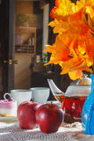 Jabłka, herbata i tort na stole, 1 życie wciąż Obraz Royalty Free