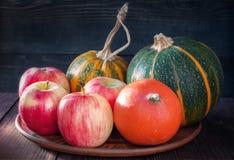 Jabłka i małe dekoracyjne banie obrazy stock
