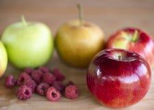 Jabłka i malinki zdjęcia stock