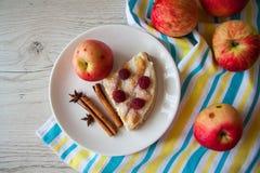 Jabłka i plasterek chałupa sera quiche Zdjęcia Royalty Free