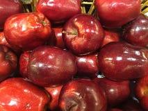 jabłka krzyżują wyśmienicie owoc odizolowywający czerwonej sekci biały całego obrazy stock
