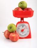 Jabłka na czerwonej waży skala fotografia royalty free