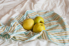 Jabłka na pasiastym ręczniku zdjęcie royalty free