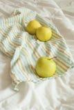 Jabłka na pasiastym ręczniku zdjęcie stock