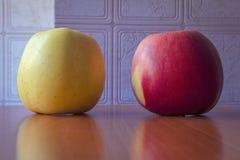 Jabłka na stołach zdjęcie royalty free