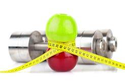 Jabłka pomiarowa taśma i dumbbells, Zdjęcia Royalty Free