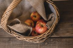 Jabłka w Łozinowym Koszu obrazy stock
