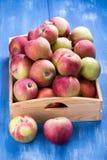 Jabłka w drewnianym pudełku zdjęcie royalty free