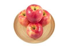 Jabłka w drewnianym talerzu na białym tle Obrazy Royalty Free