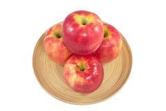 Jabłka w drewnianym talerzu na białym tle Fotografia Royalty Free