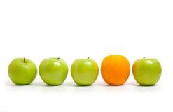 jabłka w porównaniu z pomarańczy Zdjęcia Royalty Free