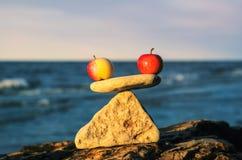 Jabłka w równowadze obraz royalty free