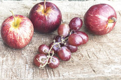 Jabłka, winogrona zdjęcie stock