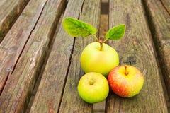 jabłka zgłaszają drewnianego obraz stock