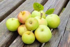 jabłka zgłaszają drewnianego zdjęcie royalty free