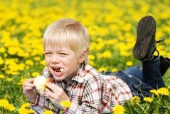 jabłko gryźć chłopiec daleko Zdjęcia Royalty Free