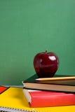 jabłko książek do szkoły obrazy stock