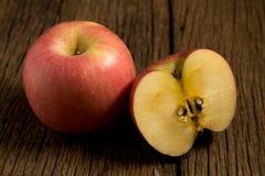 jabłko na stary drewnianym Ranek zdjęcia stock