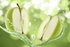 jabłko - pluśnięcie zielona woda obrazy royalty free