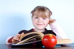 jabłko rezerwuje dziewczyny trochę Obrazy Royalty Free