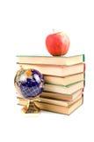 jabłko rezerwuje kulę ziemską Fotografia Royalty Free