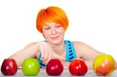jabłko target2367_0_ włosianej czerwonej uśmiechniętej kobiety Obraz Royalty Free