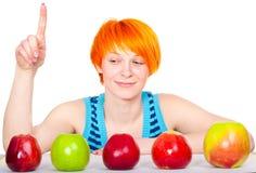 jabłko target2433_0_ ślicznej włosianej czerwonej uśmiechniętej kobiety Obrazy Stock
