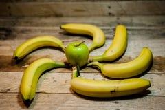 jabłko w środku z bananami wokoło tworzyć koło na ro obraz royalty free