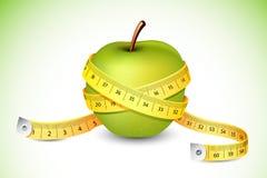 jabłko wokoło pomiarowej taśmy Fotografia Royalty Free