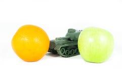 jabłko - zielona pomarańczowa gacenia zbiornika zabawka Fotografia Stock
