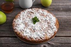 jabłkowe ciasto domowej roboty Ja kłama na drewnianym stole zdjęcia royalty free